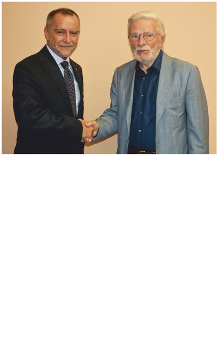 La stretta di mano fra il presidente uscente, Claudio Formisano, e il nuovo Presidente di DISMAMUSICA, Antonio Monzino