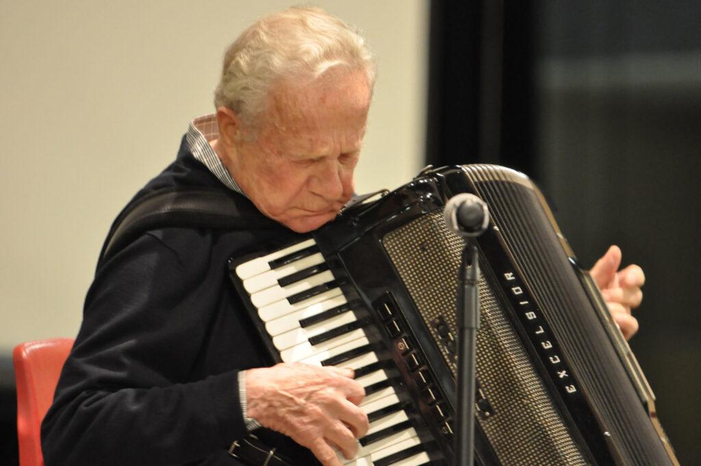 Frank Grunwald suona la fisarmonica