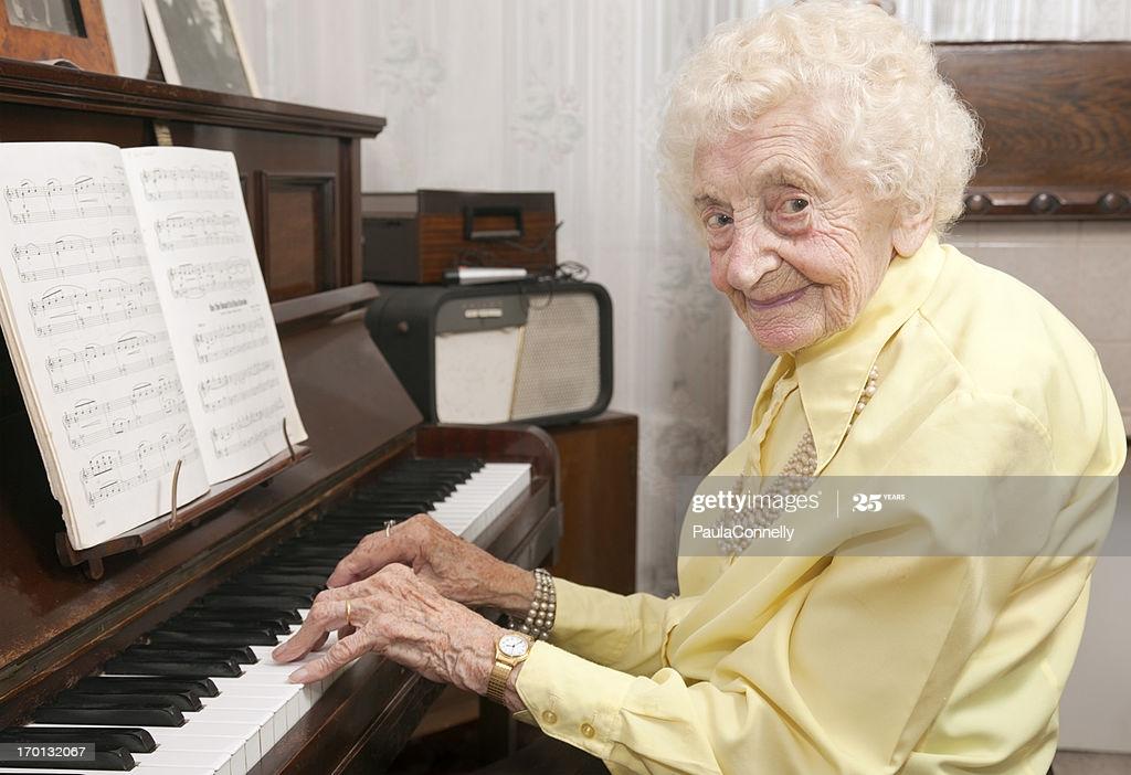 Persona anziana che suona il pianoforte