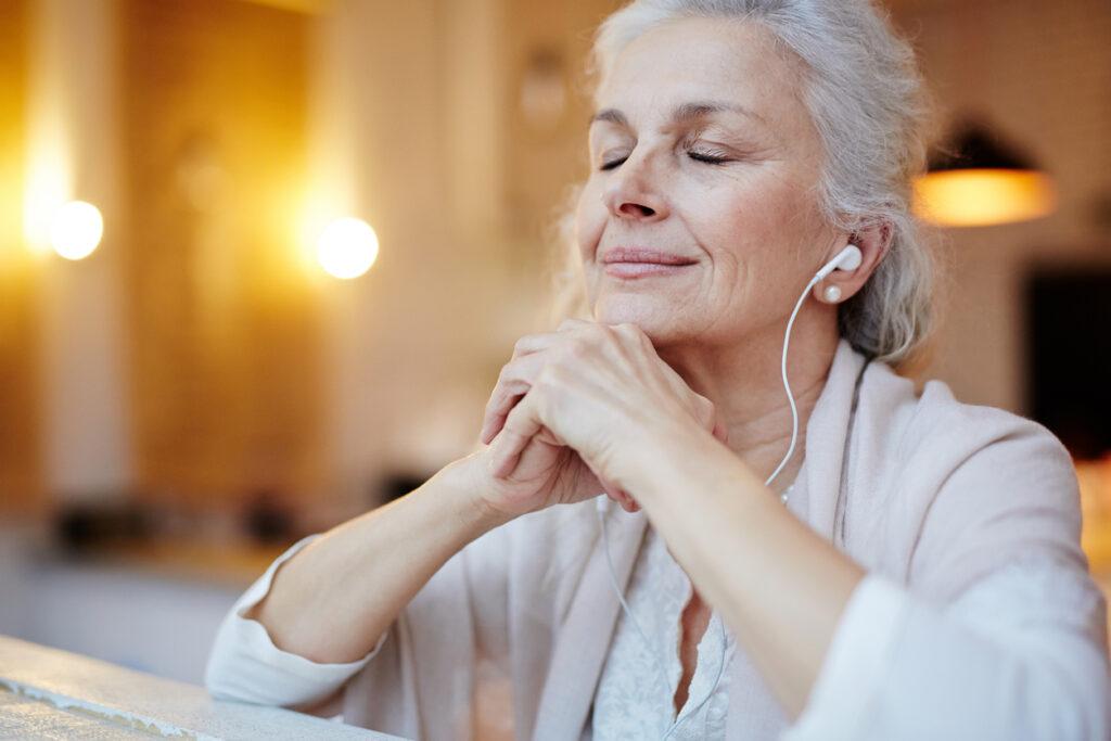 anziana rilassata che ascolta musica