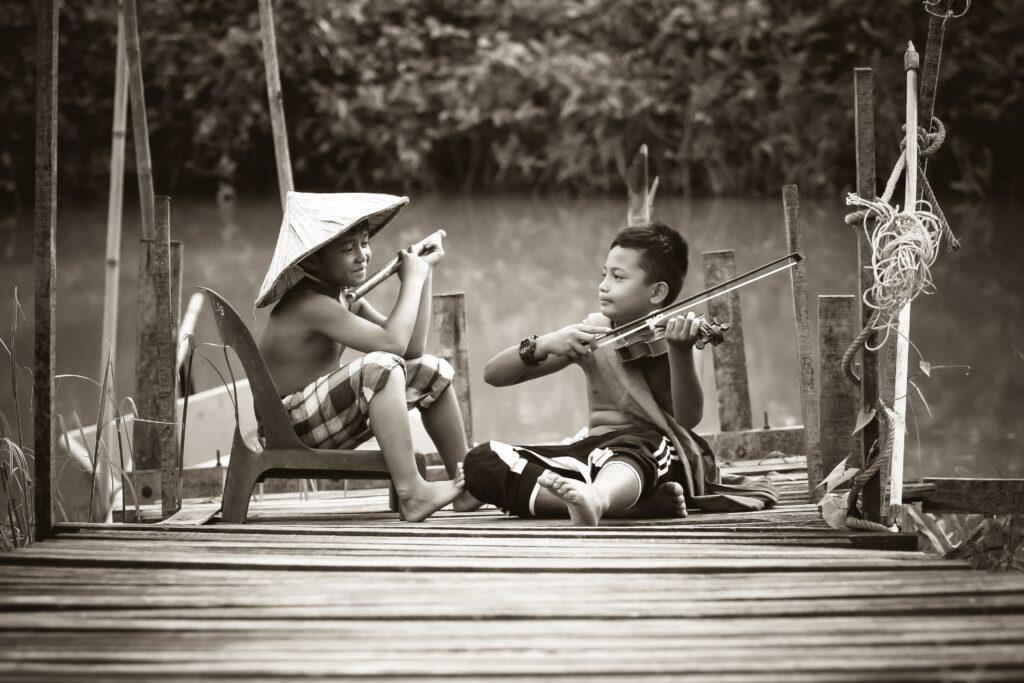 bambini poveri che suonano due strumenti musicali