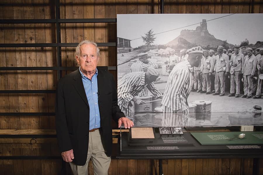 Frank a fianco una foto dell'olocausto