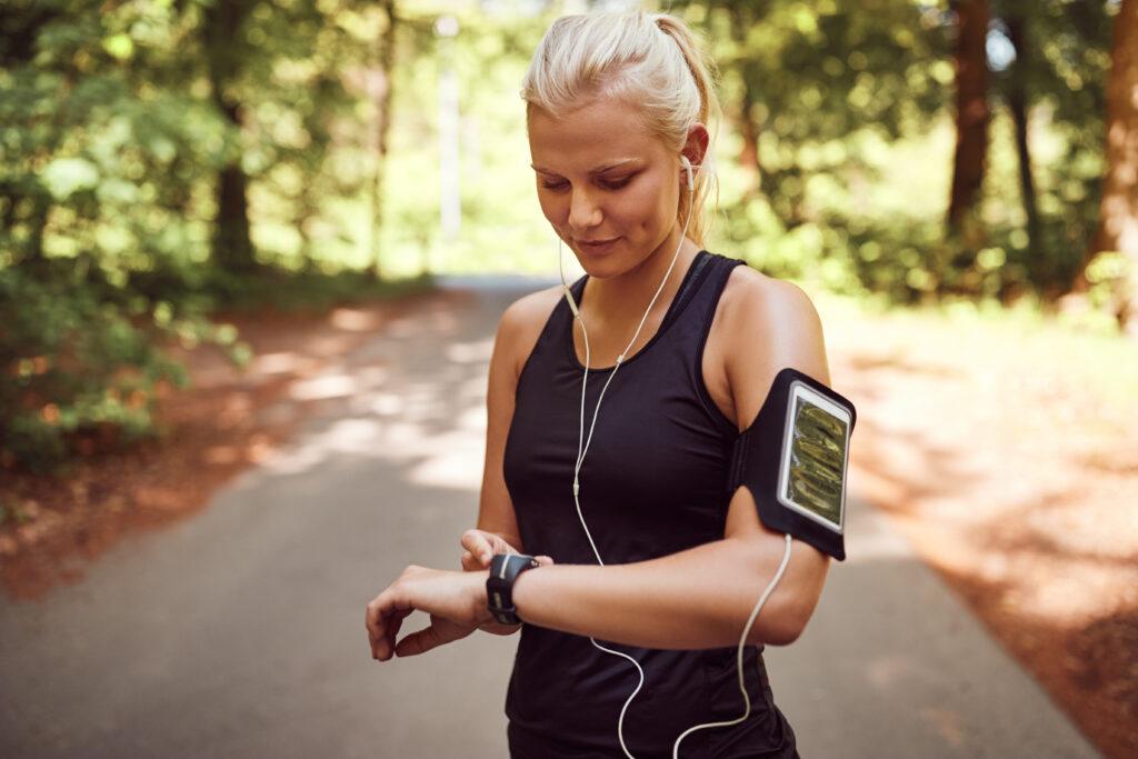 Donna che fa running mentre ascolta musica