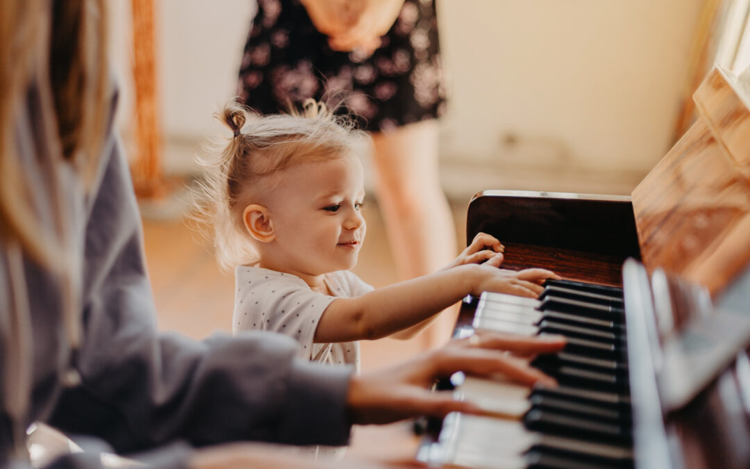 bambina che suona il piano