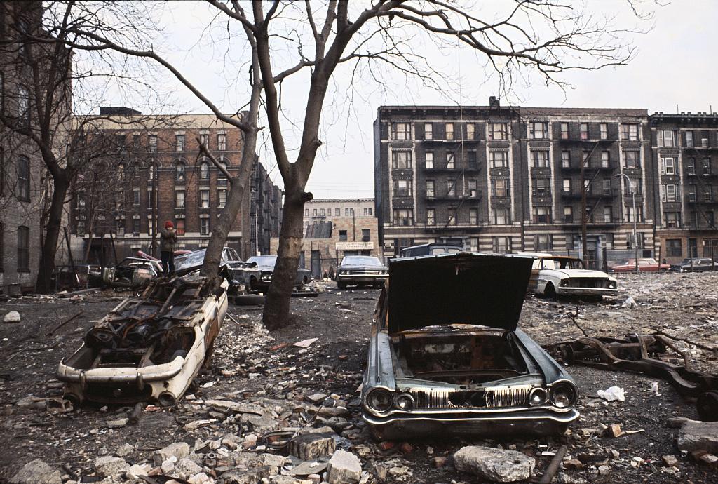 Bronx nel 1970, auto abbandonate e strade distrutte