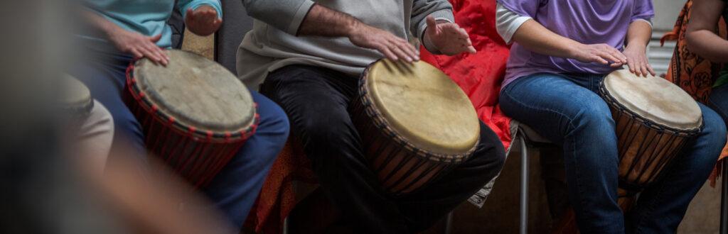 Gruppo di persone che suona il Djembe