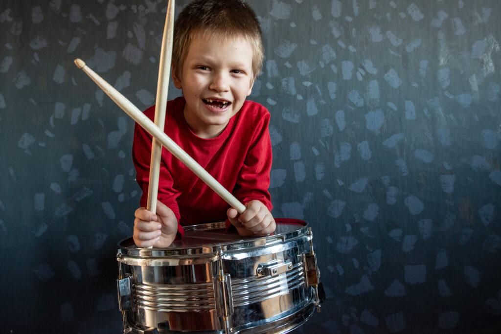 bambino che suona la batteria