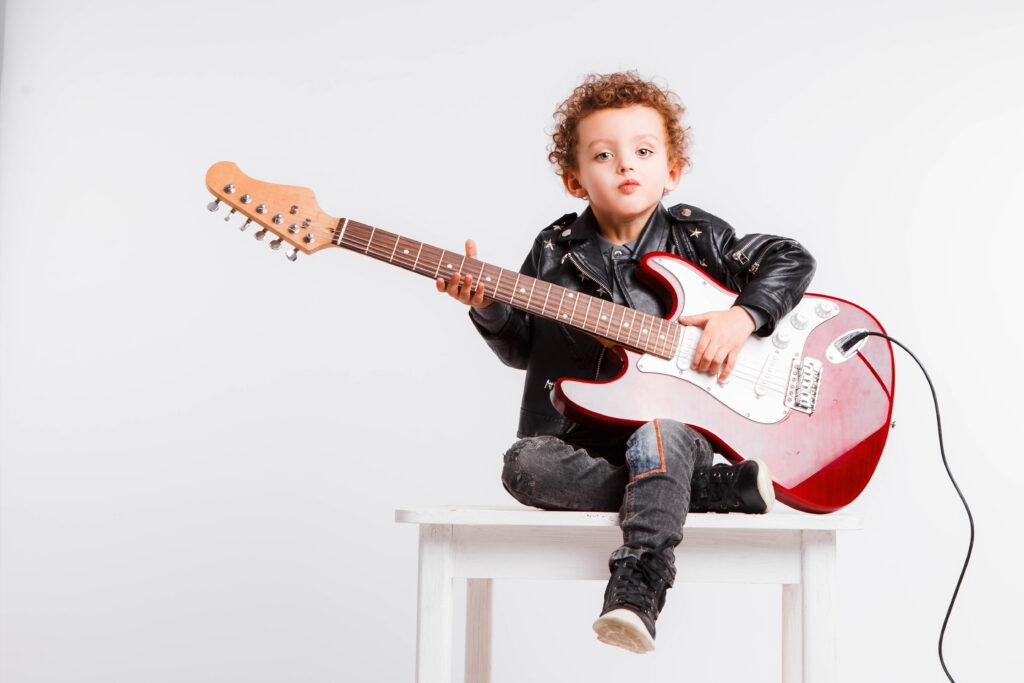 bambino che suona la chitarra elettrica