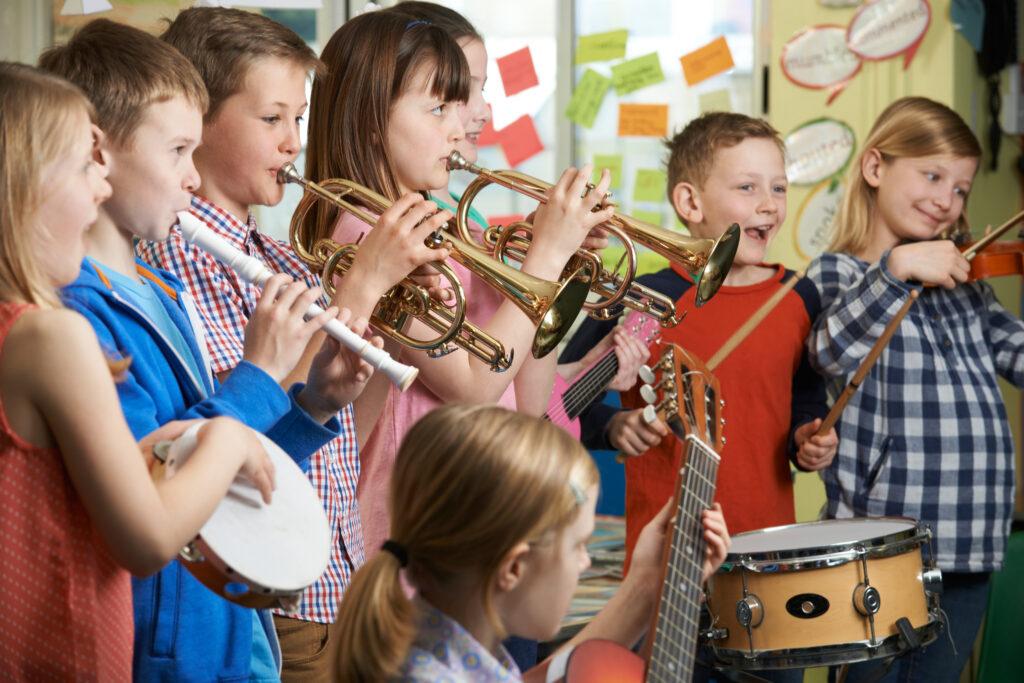studenti che suonano strumenti musicali insieme